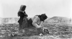 ormianka_nad_cialem_dziecka_w_aleppo_na_terenie_obecnej_syrii._w_1915_r.,